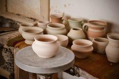 在陶瓷工` s轮子的泥罐 库存图片