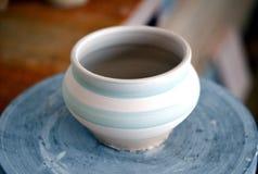 在陶瓷工` s轮子的泥罐 库存照片