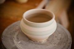 在陶瓷工` s轮子的泥罐 图库摄影