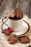 在陶瓷杯子的圣诞节姜饼 免版税库存图片