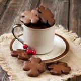 在陶瓷杯子的圣诞节姜饼 免版税库存照片