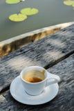 在陶瓷杯子的浓咖啡咖啡 免版税库存照片