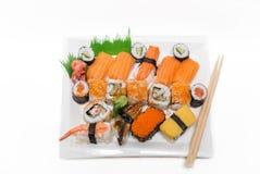 在陶瓷板材的健康新鲜的开胃寿司在白色背景 免版税图库摄影