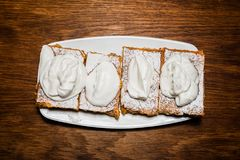 在陶瓷板材的甜苹果饼 库存照片