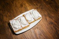 在陶瓷板材的甜苹果饼 免版税库存照片