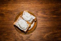 在陶瓷板材的甜苹果饼 免版税图库摄影