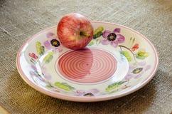 在陶瓷板材的红色苹果 库存图片