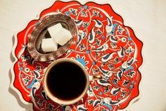 在陶瓷桌上的样式与咖啡杯 免版税库存照片