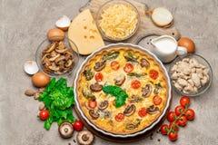 在陶瓷烘烤的形式、鸡蛋和奶油的被烘烤的自创乳蛋饼饼 免版税库存照片