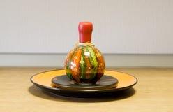 在陶瓷牌照的装饰瓶 免版税图库摄影