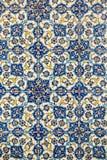 在陶瓷砖在老土耳其样式,一个伊兹密尔式被仿造的墙壁瓦片的细节,瓦片火鸡纹理的花纹花样  库存照片