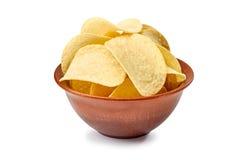 在陶瓷碗的土豆片在白色 免版税库存照片