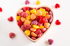 在陶瓷碗的多色的心形的情人节糖果 库存照片
