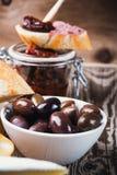 在陶瓷碗的橄榄calamata在木桌上 免版税图库摄影