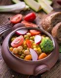 在陶瓷碗的菜沙拉用硬花甘蓝和蕃茄在da 库存图片