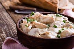 在陶瓷碗的鸡和蘑菇炖煮的食物 免版税图库摄影