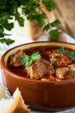 在陶瓷罐的肉炖煮的食物 库存图片