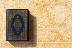 在陶瓷背景的圣洁古兰经 库存照片