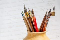 在陶瓷水罐,抽象信件背景的减速火箭的样式钢笔收藏 宏观看法,浅景深 库存照片