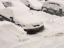 在随风飘飞的雪下的汽车 库存图片