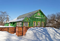 绿色木房子在冬天 免版税库存图片