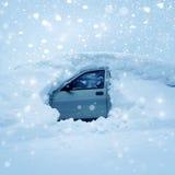 在随风飘飞的雪的汽车 免版税库存照片