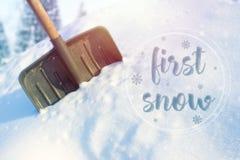 在随风飘飞的雪的雪铁锹,好日子 题字在雪新年好 库存照片