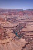 在隐士的点的一个红色岩石风景在大峡谷,亚利桑那的南外缘 强大科罗拉多河是丝带 免版税库存图片