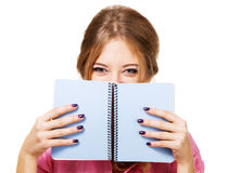 在隐藏可爱的笔记本的女孩之后 库存图片