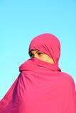 在隐藏回教围巾妇女之后 免版税库存照片