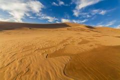 在隔壁滩的沙子的惊人的抽象样式 免版税库存照片