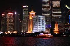 在障壁上海的夜视图 库存照片