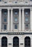 在障壁的传统建筑学在面对浦东的上海 库存图片
