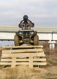 在障碍训练期间的ATV司机 库存图片