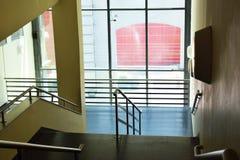 在隧道下的台阶,从上面户内台阶在房子视图 免版税图库摄影