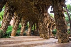 在隧道安东尼奥Gaudi岩石足迹的拱廊在公园Guell,巴塞罗那,西班牙里面的 库存照片