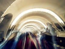 在隧道的剪影,往光 免版税库存图片