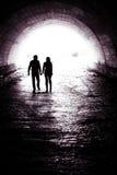 在隧道的夫妇 免版税库存照片
