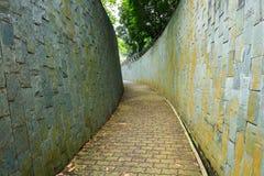 在隧道的石步行方式在堡垒装于罐中的公园,新加坡 免版税库存照片