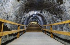 在隧道里面的台阶在盐矿 库存照片