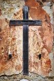在难看的东西墙壁上的十字架 免版税库存照片