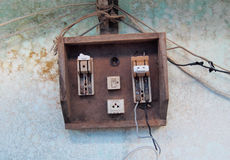 在难看的东西墙壁上的老遗弃电开关 免版税图库摄影