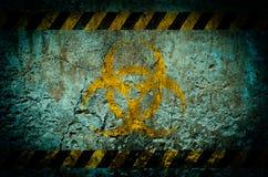 在难看的东西墙壁背景的核辐射警告信号 免版税库存图片
