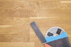 在难看的东西木地板上的葡萄酒磁性音频卷轴 库存图片