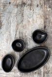 在难看的东西木材顶视图的空的土气黑色的盘子 免版税库存照片