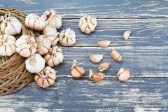在难看的东西木盘子的大蒜在葡萄酒木背景 库存图片