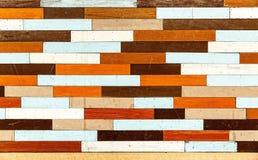 在难看的东西样式的五颜六色的木背景 免版税库存图片