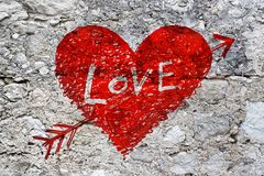 在难看的东西石墙纹理的抽象心脏 免版税库存图片