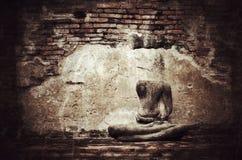 在难看的东西砖墙背景的老打破的菩萨雕象与vi 免版税库存照片