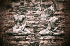 在难看的东西砖墙背景的老打破的菩萨雕象与vi 库存图片